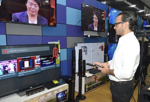 Carlos Forero Disfrutando de las caracteristicas del Televisor Bravia 4K HDR.