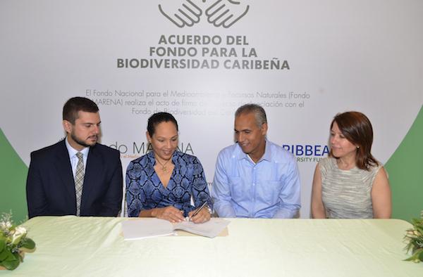 Eleanor Phillips firma acuerdo del Fondo Para la Bioversidad Caribeña les acompañan Benjamín Schapiro, Kenia Mejia De Los Santos y Stanley Javier