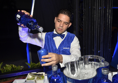 Bartender sirviendo Vodka Absolut Facet