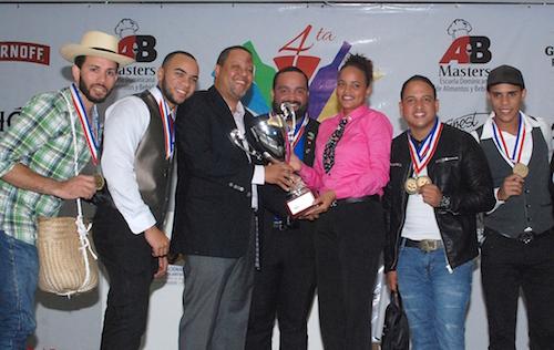 Kiara Duverge, (Centro)  Ganadora del Primer Lugar de la Copa Nacional de Cócteles. Les acompañan directivos Unión Nacional de Bartenders (UNABAR) y otros ganadores