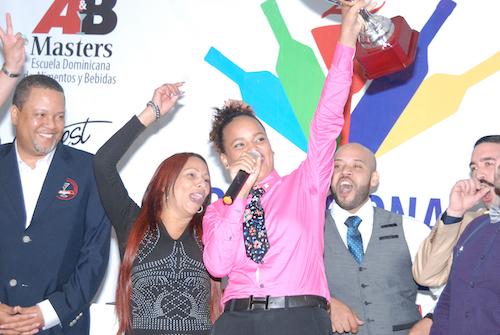 Kiara Duverge, Ganadora del Primer Lugar de la Copa Nacional de Cócteles. Le acompañan directivos Unión Nacional de Bartenders (UNABAR)