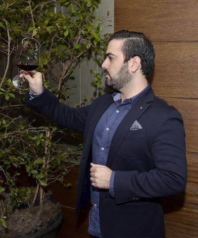 Nabil Echevarría, se deleita mirando el color del vino Tarapacá Gran Reserva Edición Especial 140 Aniversario