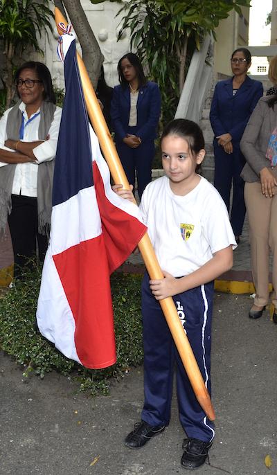 Leticia  Fernández González orgullosa de su bandera nacional
