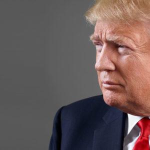 """Trump acusa a los medios de """"fabricar"""" noticias e """"inventar"""" fuentes"""